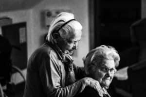 2 נשים מבוגרות זקוקות לסיעוד